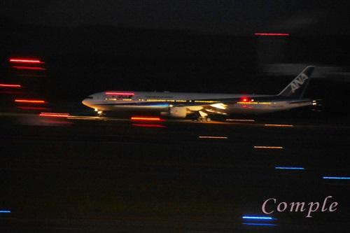 夜のANA飛行機