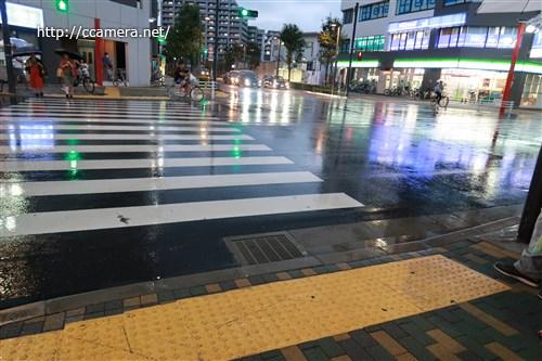 雨に映る街並み