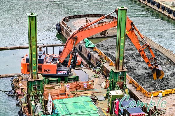 川の工事現場のクレーン